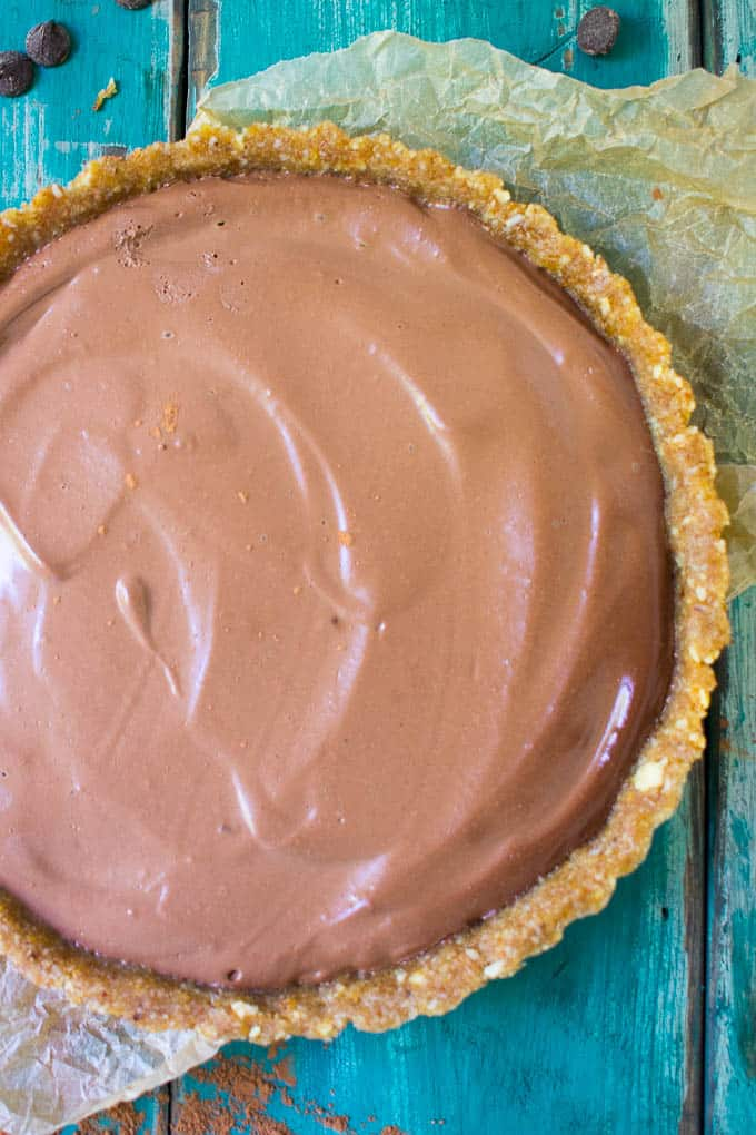 easy vegan no-bake chocolate peanut butter pie in crust