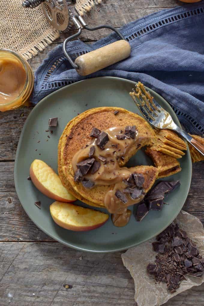 Vegan pumpkin pie pancakes overhead.
