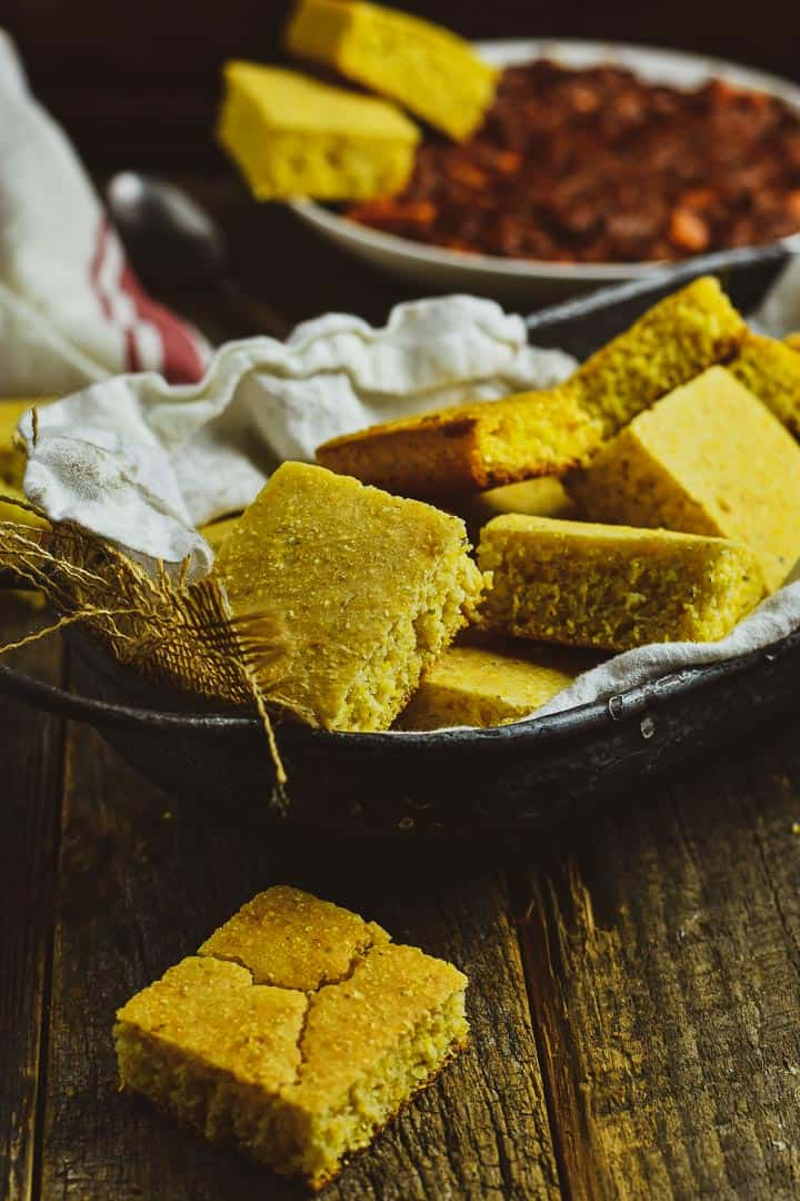 Cornbread in tray with white napkin.